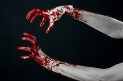 Krwiste ręki w białych rękawiczkach, skalpel, gwóźdź, czarny tło, żywy trup, demon, maniaczka Zdjęcie Royalty Free