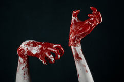 Krwiste ręki w białych rękawiczkach, skalpel, gwóźdź, czarny tło, żywy trup, demon, maniaczka Obrazy Stock