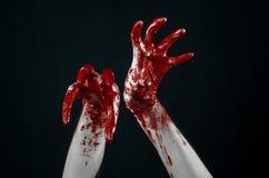 Krwiste ręki w białych rękawiczkach, skalpel, gwóźdź, czarny tło, żywy trup, demon, maniaczka Zdjęcia Stock
