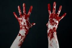 Krwiste ręki w białych rękawiczkach, skalpel, gwóźdź, czarny tło, żywy trup, demon, maniaczka Fotografia Stock