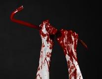 Krwiste ręki z piętakiem, ręka haczyk, Halloween temat, zabójców żywi trupy, czarny tło, odizolowywający, krwisty piętak, Fotografia Stock