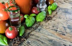 Krwistego Mary napoju składniki na nieociosanym drewnianym stole zdjęcie royalty free