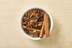 Krydda för te, coffe, bakning i bunke på trätabellen arkivfoton