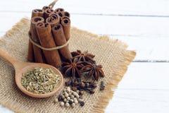 krydda fem på träbakgrund Royaltyfri Bild