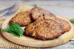 Kryddade pannkakor för feg lever med grönsaker Hem- pannkakor för stekt kycklinglever på ett träbräde För sidomaträtt för feg lev arkivbilder
