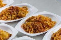 Kryddade ris som ångas med höna royaltyfria bilder