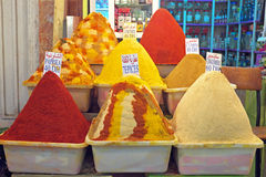 Kryddan marknadsför i Marocko Arkivbilder