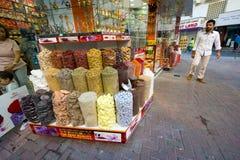Kryddan shoppar i Dubai Arkivbilder