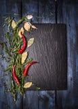 Kryddar matbakgrund med kritiserar på den blåa trätabellen, bästa sikt royaltyfri foto