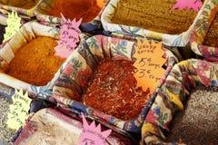 Kryddar utsatt till salu på Cours Saleya Arkivbild