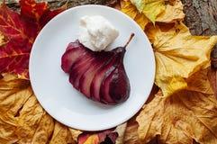 Kryddat rött vin tjuvjagade päron Royaltyfria Bilder