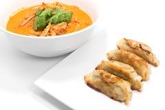 Kryddig bambufors för röd curry och stekte klimpar med griskött på wh Fotografering för Bildbyråer