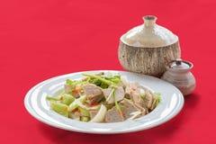 Kryddig grisköttsallad för thailändsk kokkonst Arkivbild