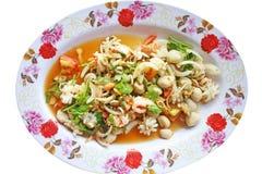 Kryddig havs- sallad, thailändsk mat som isoleras på vit bakgrund royaltyfri foto