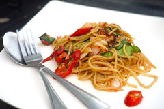 Kryddig havs- spagetti på den vita plattan Arkivbilder