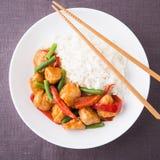 Kryddig höna med grönsakharicot vert och bästa sikt för röd peppar och för ris Royaltyfri Foto