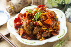 Kryddig kines bräserat griskött på den vita plattan arkivfoto