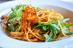Kryddig krabbaspagetti som överträffas med laxägg, thailändsk matstil Royaltyfria Foton