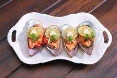 Kryddig mussla med limefrukt och vitlök, thailändsk mat Fotografering för Bildbyråer