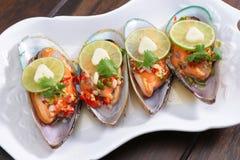 Kryddig mussla med limefrukt och vitlök, thailändsk mat Arkivbilder