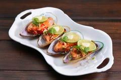 Kryddig mussla med limefrukt och vitlök, thailändsk populär mat Arkivfoto
