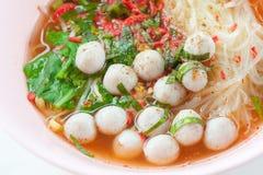 Kryddig nudel med fiskbollen Royaltyfria Bilder