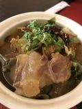 Kryddig och sur senanötköttsoppa för lokal thailändsk mat arkivfoto