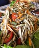 Kryddig papayasallad för lokal thailändsk mat royaltyfri bild