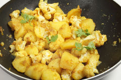 Kryddig potatis- och blomkålaloo gobi arkivfoton