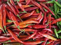 Kryddig rött och grönt i marknad Arkivfoto