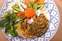 Kryddig sallad för thailändskt matgriskött med att snida grönsaken royaltyfria foton