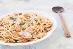 Kryddig spagetthi för thailändsk stil med musslorna Royaltyfria Foton