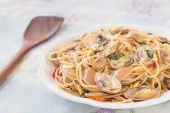 Kryddig spagetthi för thailändsk stil med musslorna Arkivbild