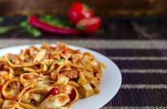 Kryddig spagetti med närbild för tomatdeg fotografering för bildbyråer