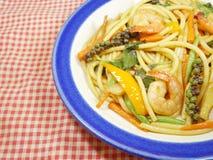 Kryddig spagetti med räkan royaltyfri foto