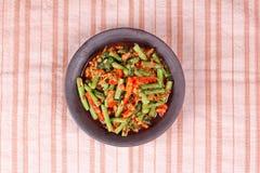 Kryddig stekt cowpea med finhackad Ped Tua för grisköttappellblock Arkivfoton