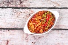 Kryddig stekt cowpea och tioarmad bläckfisk med grillad chiledeg Royaltyfri Bild