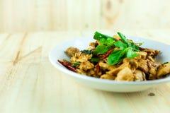 Kryddig thailändsk basilikahöna som är klar att äta på den traditionella plattan royaltyfri bild