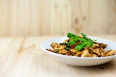 Kryddig thailändsk basilikahöna som är klar att äta på den traditionella plattan arkivfoton