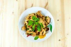 Kryddig thailändsk basilikahöna som är klar att äta på den traditionella plattan arkivfoto