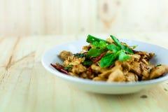 Kryddig thailändsk basilikahöna som är klar att äta på den traditionella plattan royaltyfri fotografi