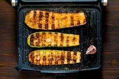Kryddig varm grillad zucchini och aubergine som lagas mat på ett elektriskt galler baner Begreppet av sunt äta och läcker mat n arkivbild