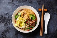 Kryddiga asiatiska nudlar i buljong med nötkött Royaltyfri Fotografi