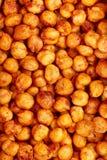 Kryddiga bakade kikärtar Ett moreish strikt vegetarianmellanmål som kryddas med rökte paprika, spiskummin och koriander Royaltyfri Foto