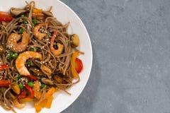 Kryddiga bovetenudlar med skaldjur och grönsaker fotografering för bildbyråer