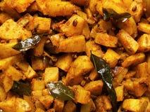 Kryddiga currypotatisar arkivfoto