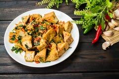 Kryddiga Fried Tofu med Basil Leaves arkivbild