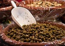 Kryddiga gröna oliv med chilipeppar arkivfoto