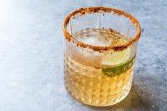Kryddiga Honey Mezcal Margarita Cocktail med limefrukt och is arkivfoton