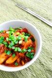 Kryddiga koreanska riskakor med sås Arkivbilder